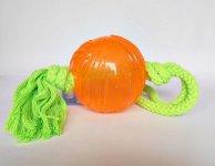 TPR (Thermo-Plastic-Rubber)-Ball mit Seil  -  TPR-Ball (9 cm) - Seil 55 cm  TPR ist ein sehr robustes Material, das ein langes Spielvergnügen sichert. Dieser Ball ist mit einem Seil ausgestattet und eignet sich sowohl für die selbstständige Beschäftigung als auch zum gemeinsamen Spiel.