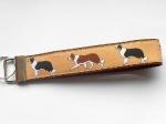 Border Collie beige (Gurtband braun) - ca. 15 cm zzgl. Metallöse und Schlüsselring
