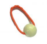 Chuckit-Glow-in-the-dark-Ball mit orangefarbenem Band - Größe L (Balldurchmesser 7,5 cm)