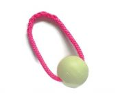 Chuckit-Glow-in-the-dark-Ball mit pinkfarbenem Band - Größe L (Balldurchmesser 7,5 cm)