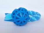 Vollgummi-Gitterball blau (9 cm) mit Fleecezergel (35 cm zzgl. Fransen) - Fleece meerblau und helltürkis