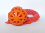 Vollgummi-Gitterball orange (9 cm) mit Fleecezergel (35 cm zzgl. Fransen) - Fleece orange und neonpink